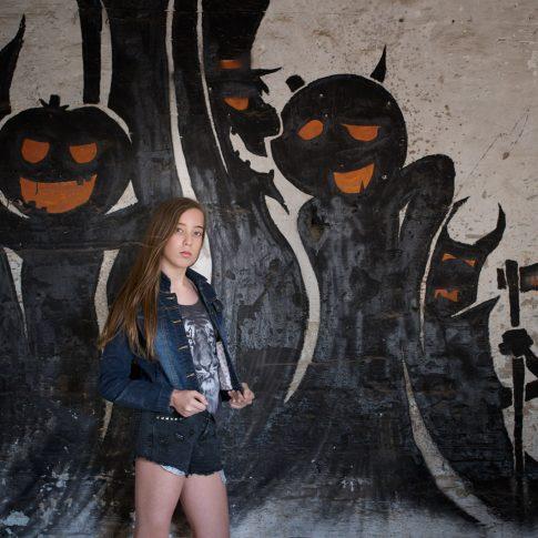 צילומי בוק בת מצווה של מאי על רקע גרפיטי