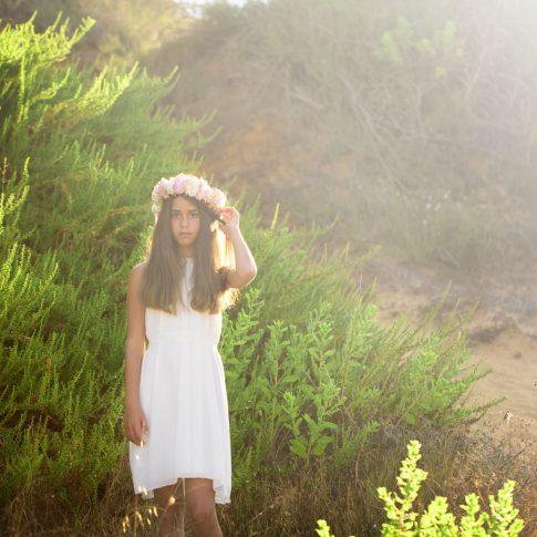 בוק בת מצווה יובל על רקע צמחי החוף