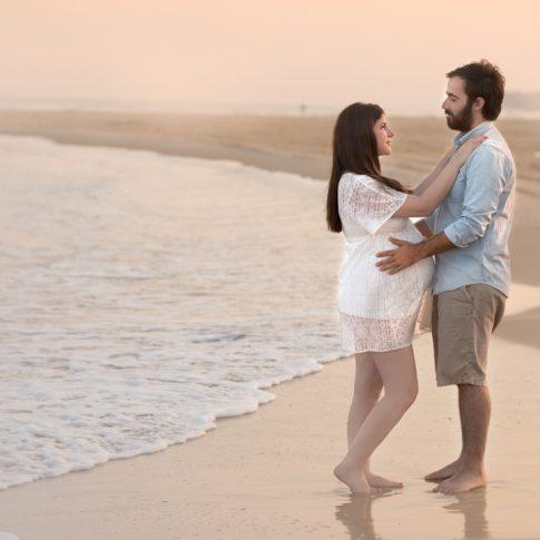 יעל בצילומי הריון בחוף הים