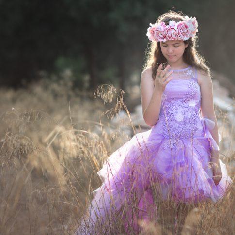 נוגה בבוק לבת מצווה בשמלה סגולה