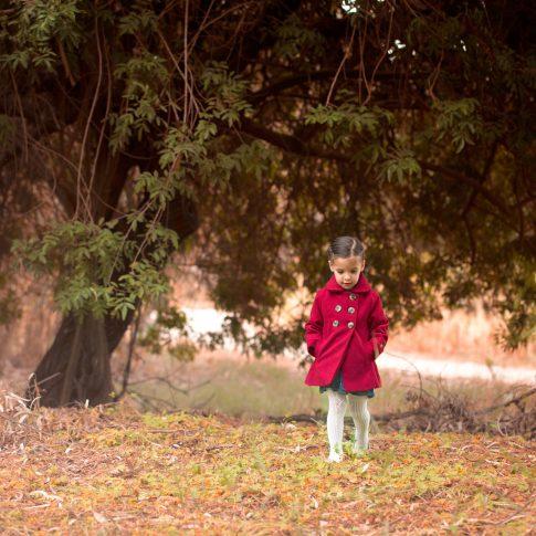 נוגה במעיל אדום בצילומי ילדים