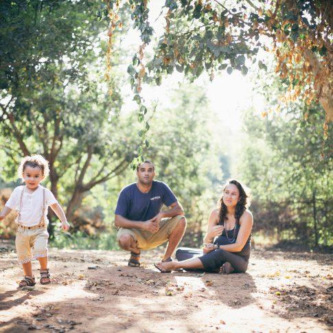 צילום משפחה בטבע הילד רץ