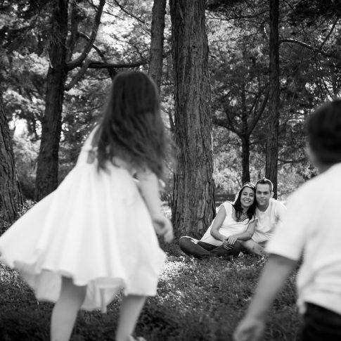 צילומי משפחה בשחור לבן הורים וילדיםם
