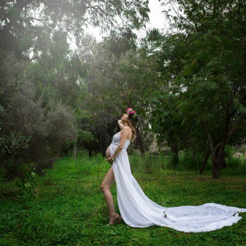צילום הריון עם זר ושמלה לבנה