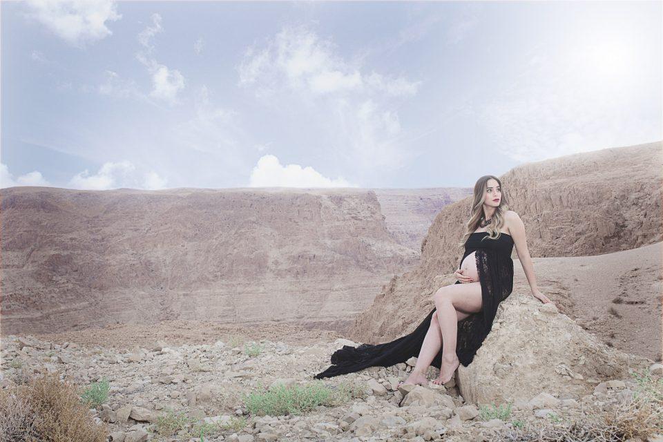 צילומי הריון של אביה על רקע ההרים