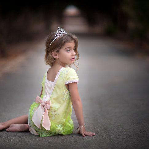 צילומי ילדים -נסיכה יושבת על שביל ביער