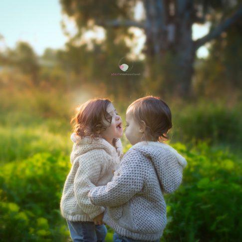 צילומי ילדים של תאומות ביער