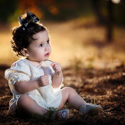 ילדה בחורשה בקיץ