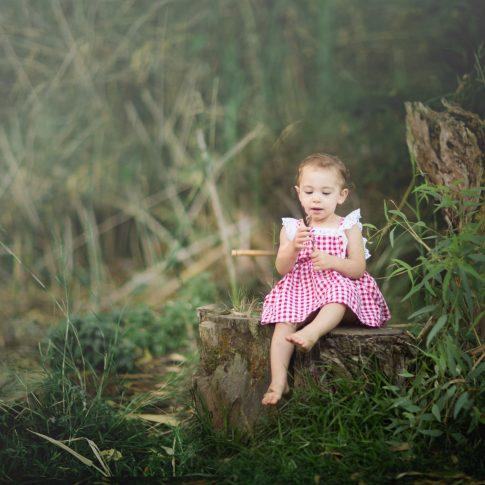 צילום ילדה עם נוצה ביער