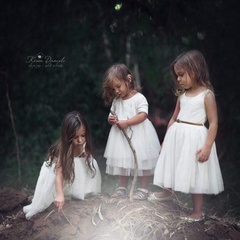 צילומי ילדים של שלוש ילדות בלבן ביער