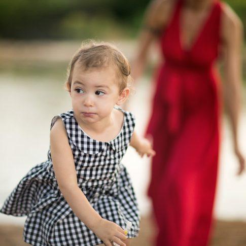 צילום ילדה בורחת לאמא שלה
