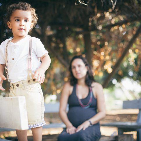 צילומי משפחה של הריונית עם הבן שלה
