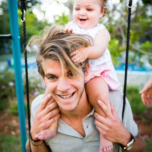 צילומי משפחה- אבא ותינוק מתנדנדים