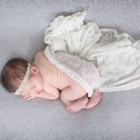 צילומי ניובורן סט לבן על רקע אפור