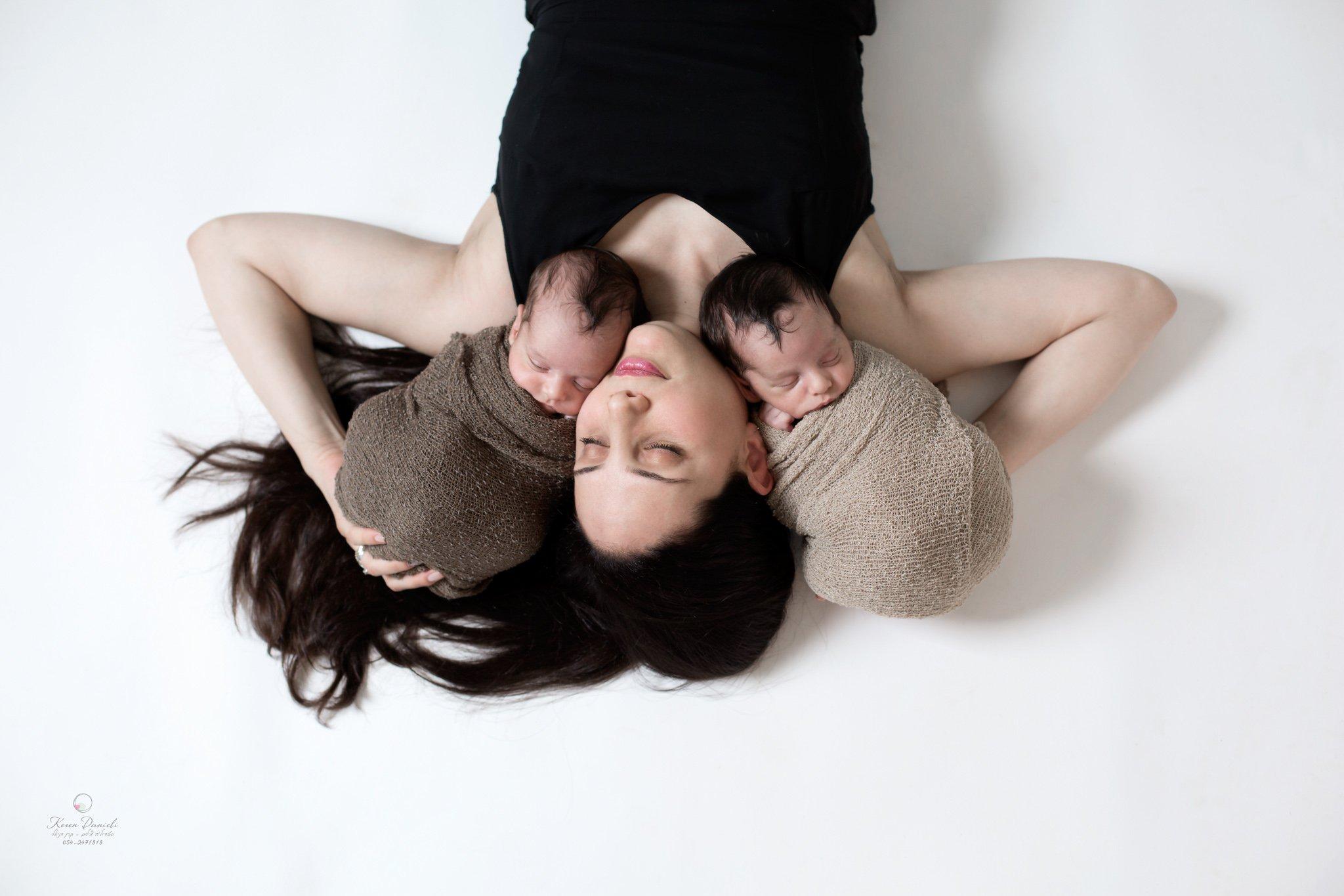 צילומי ניובורן תאומים עם אמא