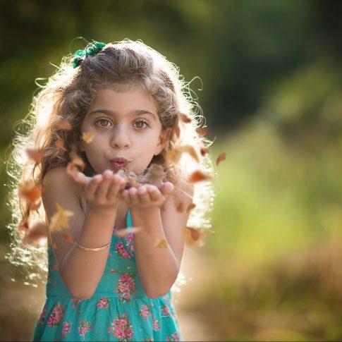 צילומי ילדים עלים מתעופפים