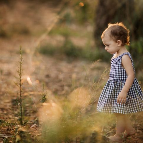 צילום ילדה בחורשה