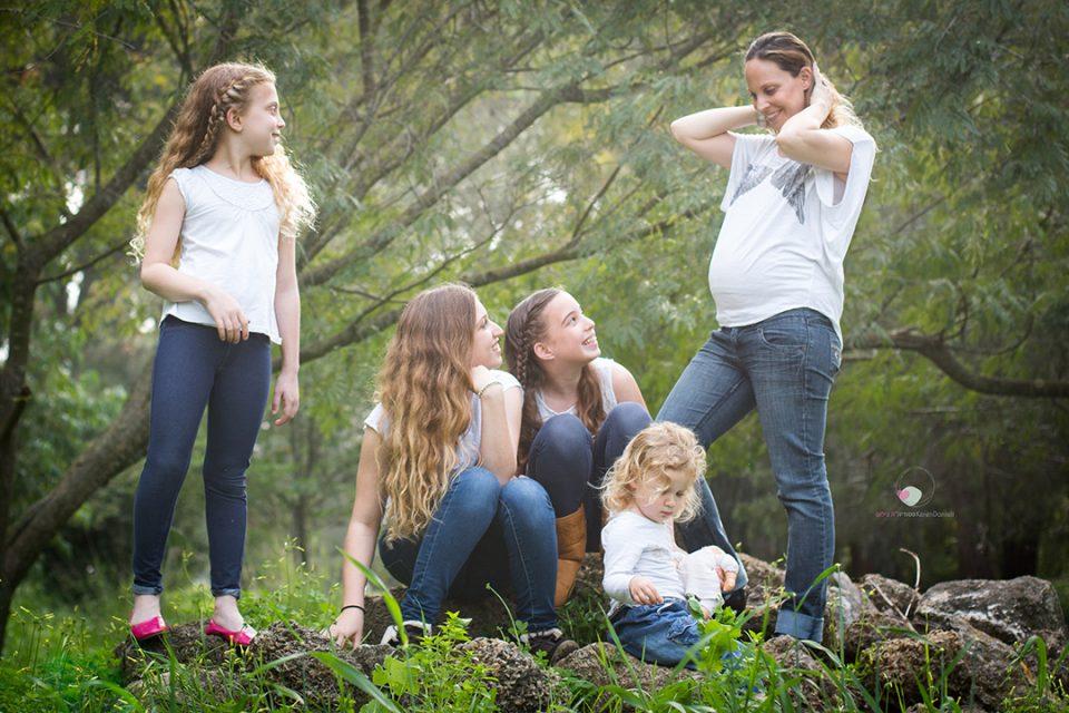 צילומי הריון עם הבנות של מורן