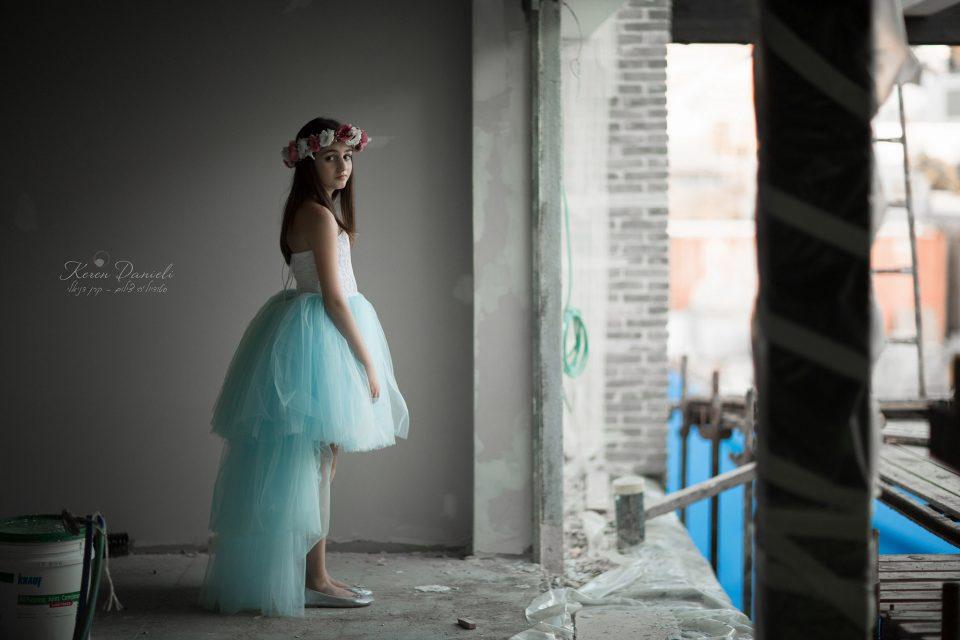 בוק בת מצווה של אליה בשמלה תכלת בחדא בבניה