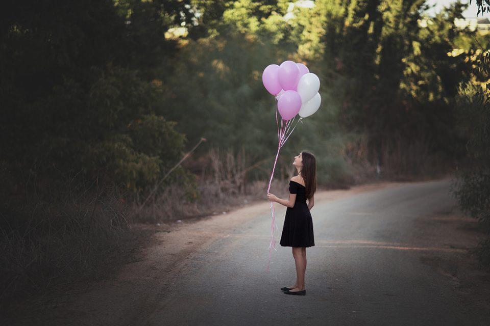 צילום בוק בת מצווה על שביל הילדה מפריחה בלונים