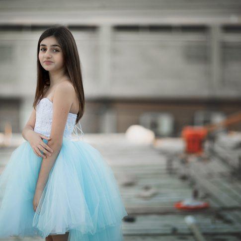 צילומי בוק בת מצווה בבית בבניה בשמלה תכלת מהסטודיו