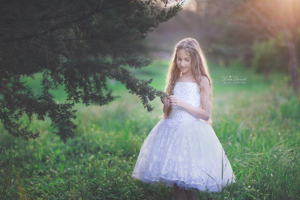 צילומי בוק בת מצווה של נועה בשמלה של הסטודיו