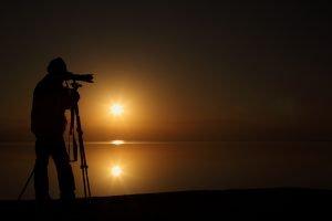 צלם בשקיעה בים המלח